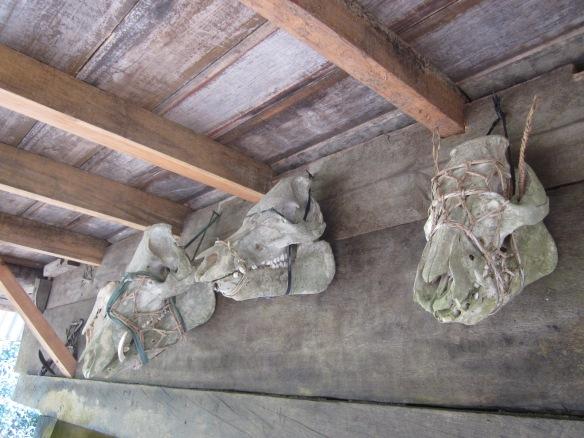 Mga palamuti sa gilid ng isang recreation ng bahay Ifugao sa BenCab Museum sa Baguio City